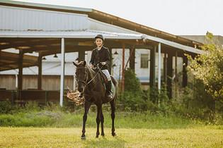 年轻女子户外骑马图片