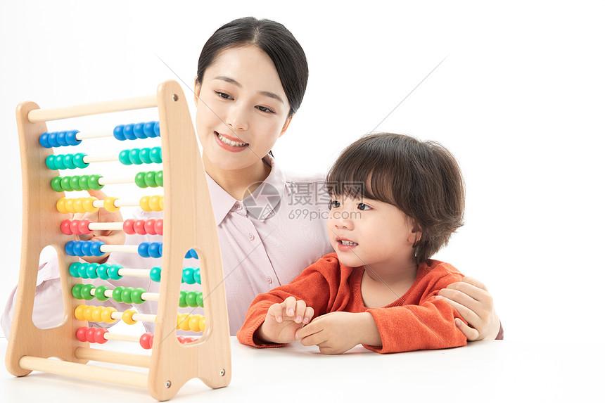 老师带着学生玩珠算盘图片