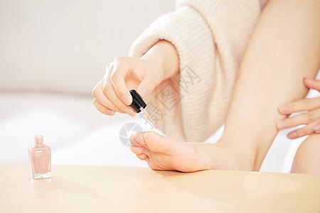 居家美女涂脚指甲图片