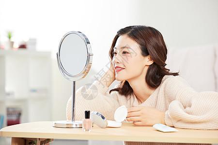 居家美女照镜子图片