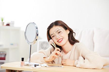 居家女性使用粉底刷图片