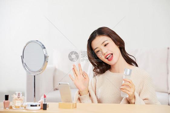 可爱美女手机直播介绍化妆品图片