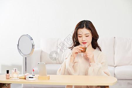 居家女性喝茶图片