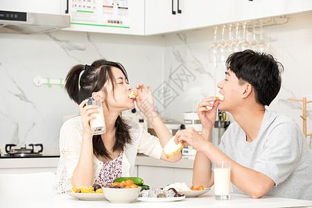 青年夫妻居家吃早餐图片