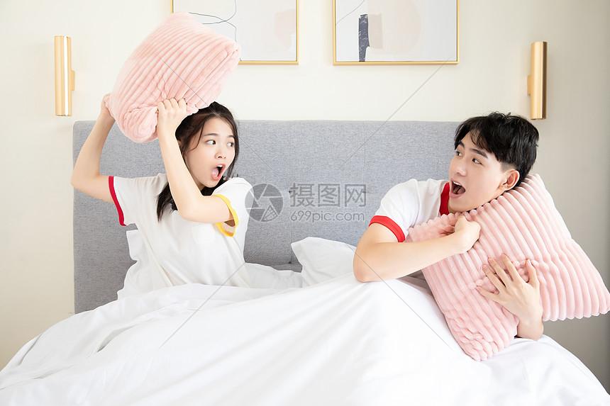 可爱情侣床上嬉戏图片