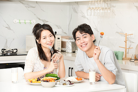 可爱情侣居家吃早餐图片