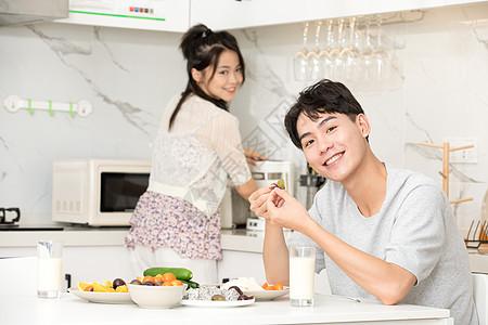青年夫妇居家生活吃早餐图片