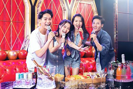 青年朋友KTV聚会唱歌图片
