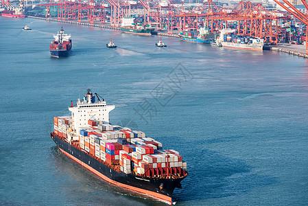 厦门海天码头刚出港口的货轮图片