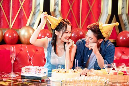 KTV情侣庆祝过生日图片