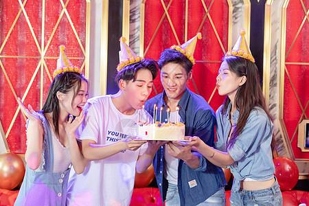 朋友庆祝生日吹蜡烛图片