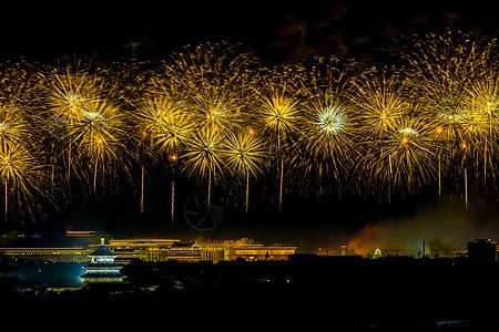 北京天坛的金色烟花图片