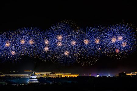 北京天坛的蓝色烟花图片