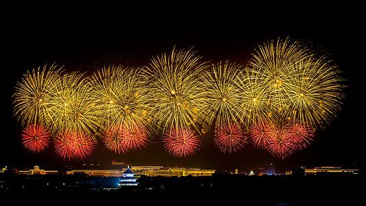 北京天坛的红色和黄色烟花图片