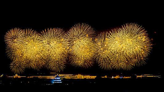 北京天坛的金黄色烟花图片