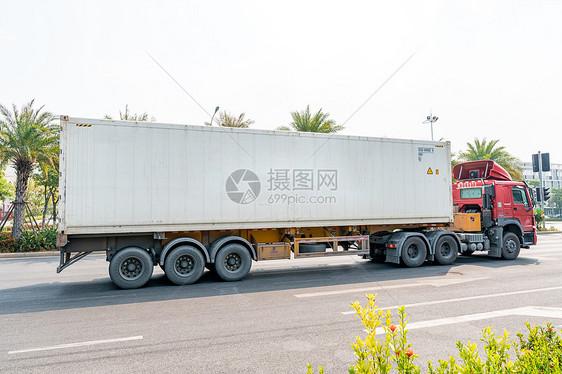 行驶中的货车图片