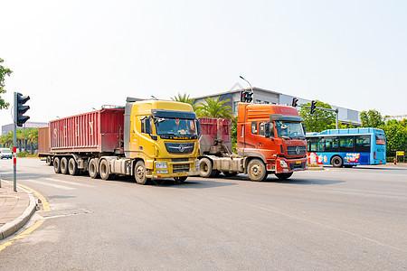 行驶中的集装箱货车图片
