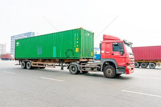 行驶中的集装箱车图片