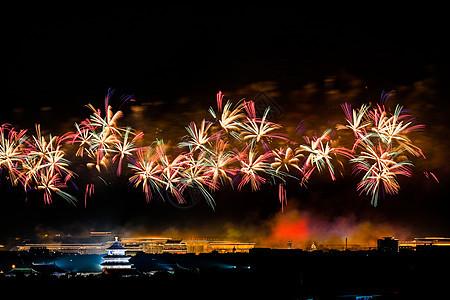 北京天坛的簇状烟花图片