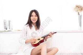 女性居家弹奏尤克里里图片