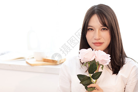 女性拿着玫瑰图片