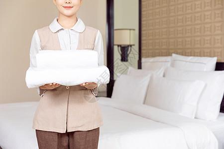 酒店服务保洁员拿着毛巾图片