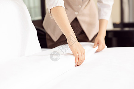酒店管理保洁员整理床铺图片