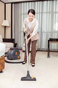 酒店服务保洁员吸尘器吸地毯图片