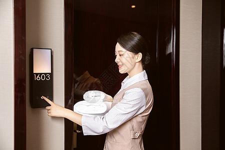 酒店管理保洁员送毛巾图片