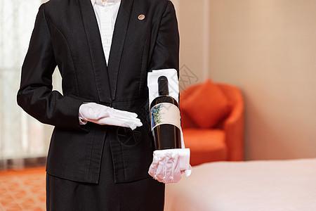 酒店服务贴身管家拿着红酒图片