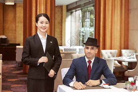 酒店服务员与外国客人图片