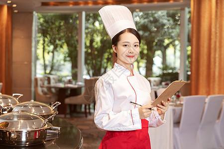 酒店服务餐厅厨师拿着记事本记录图片