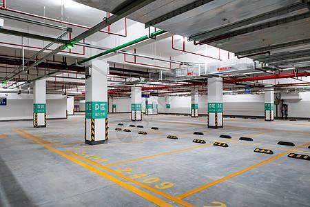 新开放的地下停车场图片