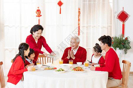 新年一家人在一起吃年夜饭 图片