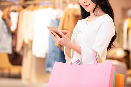 女性用手机消费购物图片