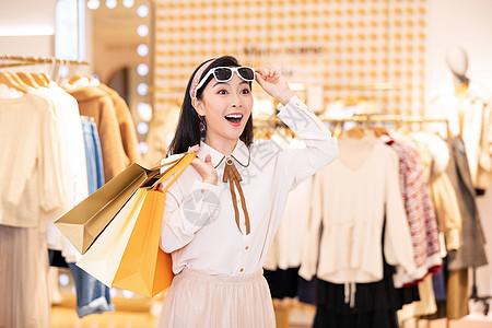 美女逛街购物图片