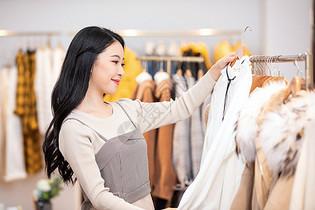 美女逛街购物消费挑选衣服图片