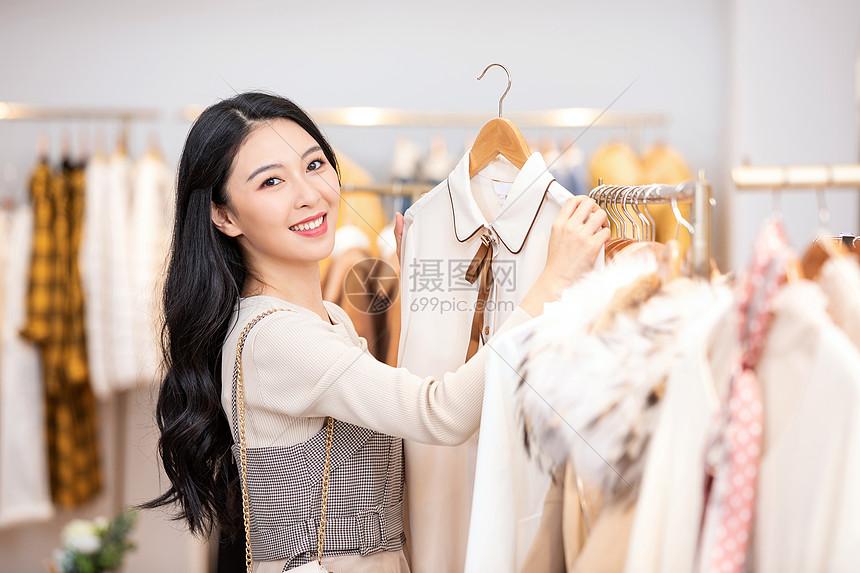 美女逛街购物买衣服图片