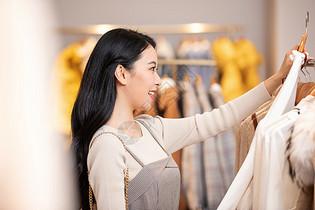 美女逛街购物选衣服图片