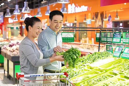 中年夫妇超市选购蔬菜图片