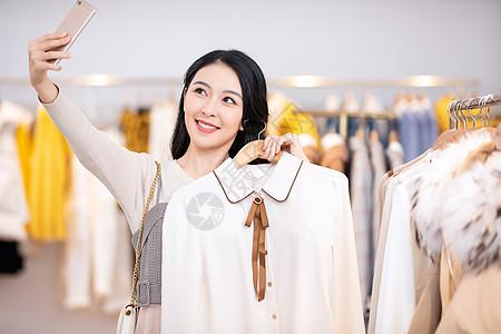 美女逛街买衣服自拍图片