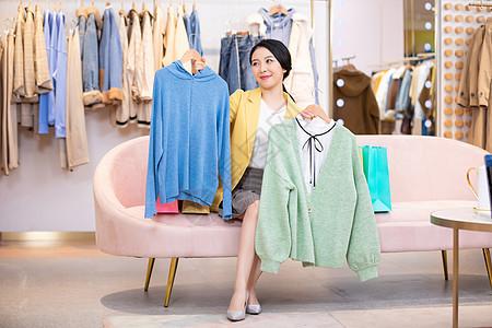 美女商场购物买衣服图片