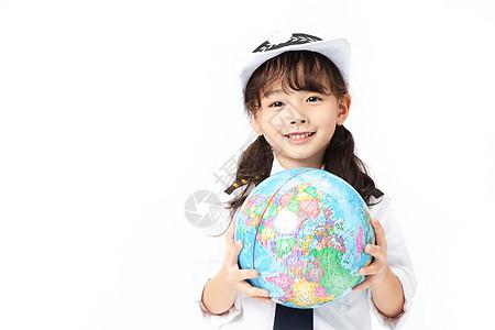 小小空乘拿着地球仪图片