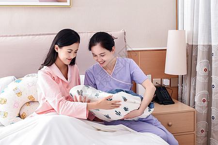 护士帮忙照顾婴儿图片