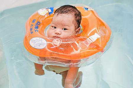 带着游泳圈洗澡的婴儿图片