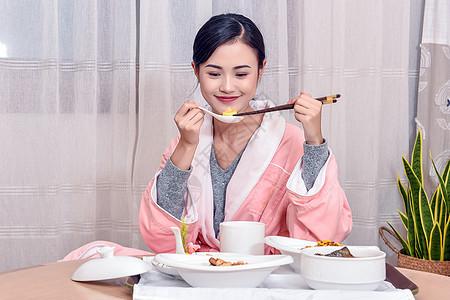 吃月子餐的妈妈图片