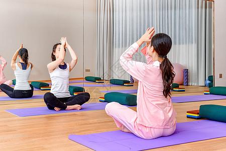 产妇与老师一起联系瑜伽图片