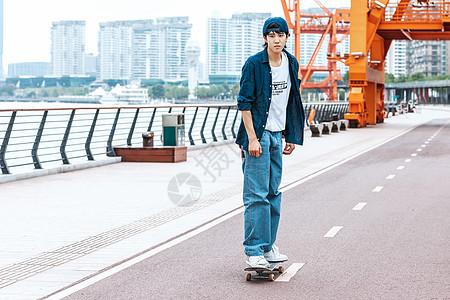 玩滑板的男性形象图片