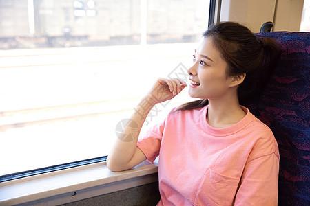 青年女性坐在高铁上图片