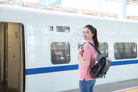 青年女性前往高铁车厢图片